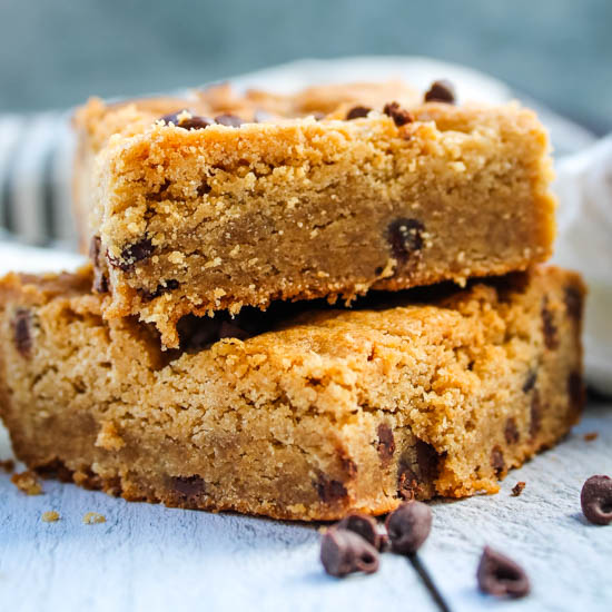 With just one bowl and a whisk, the classic peanut butter and chocolate combo come together in an irresistible bar cookie - the Peanut Butter Blondie.